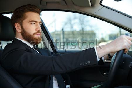 Vue de côté hurlant homme d'affaires conduite barbu costume Photo stock © deandrobot