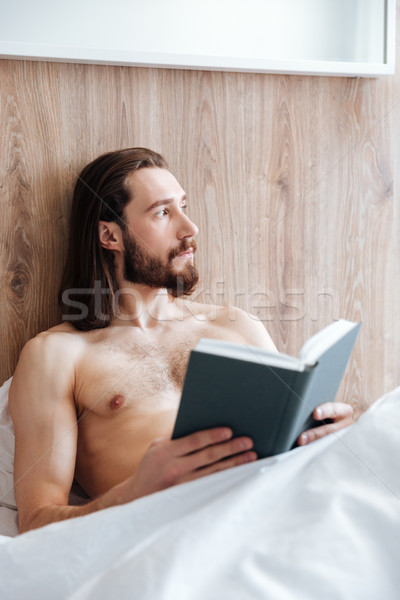 Nachdenklich bärtigen junger Mann Lesung Buch Denken Stock foto © deandrobot