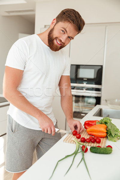 Vertical image souriant barbu homme légumes Photo stock © deandrobot