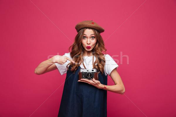 Młodych pani kaczka twarz wskazując Zdjęcia stock © deandrobot