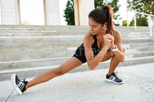 Portret fitness vrouw trap buitenshuis Stockfoto © deandrobot