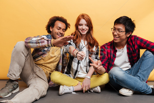 Groep glimlachend mensen vergadering spelen rock Stockfoto © deandrobot