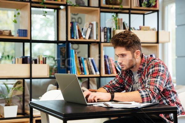 Vista lateral homem laptop escritório sessão tabela Foto stock © deandrobot