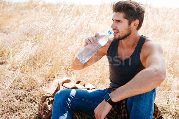 Knap jonge man atleet drinkwater bos Stockfoto © deandrobot