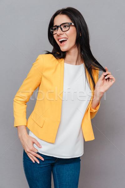 Boldog fiatal nő pózol szürke fotó visel Stock fotó © deandrobot