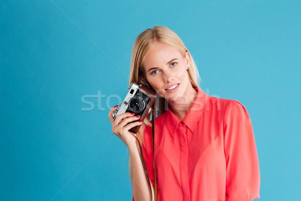 Fiatal csinos lány elvesz fotó kamera Stock fotó © deandrobot