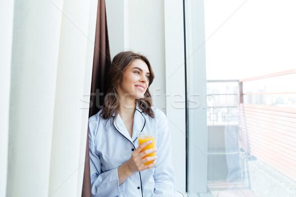 Zdjęcia stock: Uśmiechnięty · młoda · kobieta · piżama · szkła · sok · pomarańczowy