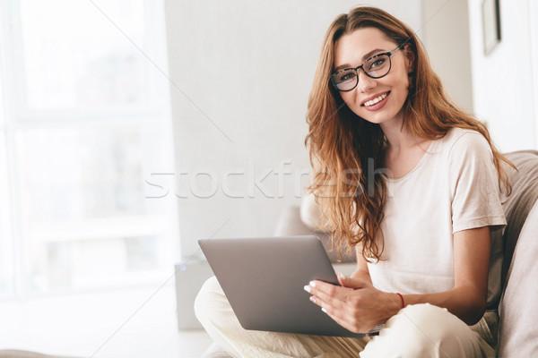 Boldog elképesztő csinos hölgy laptopot használ számítógép Stock fotó © deandrobot