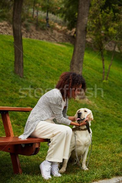 Jovem africano senhora sessão banco parque Foto stock © deandrobot