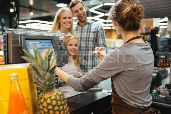Gyönyörű család fizet élelmiszer hitelkártya áll Stock fotó © deandrobot