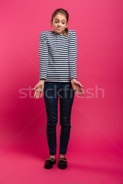 Verward tienermeisje permanente geïsoleerd afbeelding roze Stockfoto © deandrobot