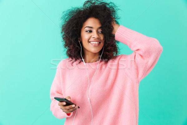 Boldog amerikai nő alkalmi ruha zenét hallgat mobiltelefon Stock fotó © deandrobot