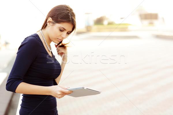 Mosolyog üzletasszony elektronikus tabletta kívül nő Stock fotó © deandrobot