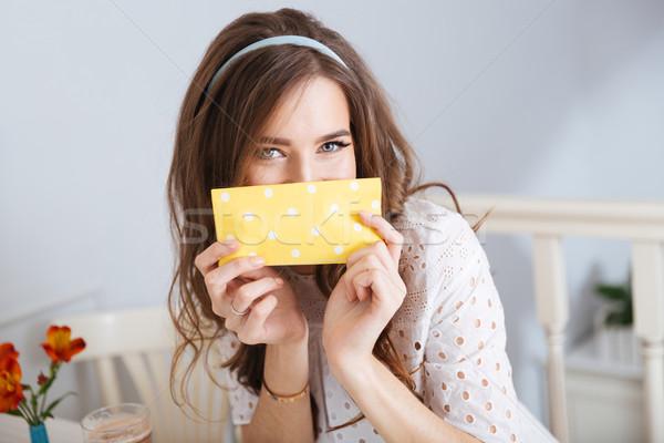 Szczęśliwy kobieta pokryty twarz serwetka posiedzenia Zdjęcia stock © deandrobot