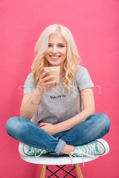 Femme souriante potable cappuccino regarder caméra souriant Photo stock © deandrobot