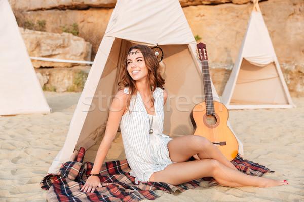 Boldog fiatal mosolyog lány táborhely tengerpart Stock fotó © deandrobot