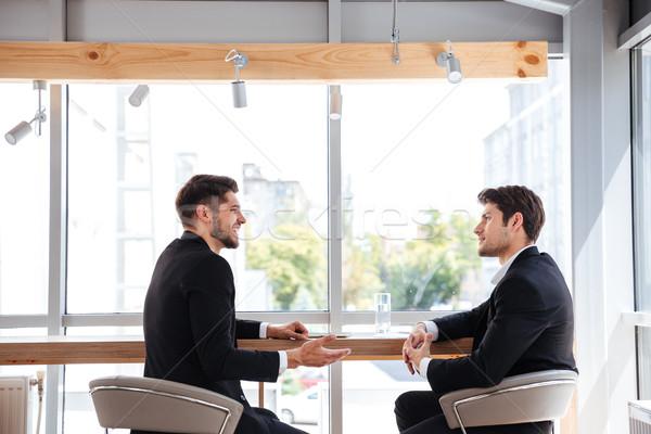 Due giovani imprenditori incontro di lavoro ufficio Foto d'archivio © deandrobot