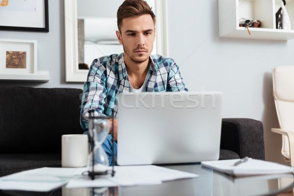 ストックフォト: 深刻 · 剛毛 · 男 · ラップトップを使用して · コンピュータ · 画像