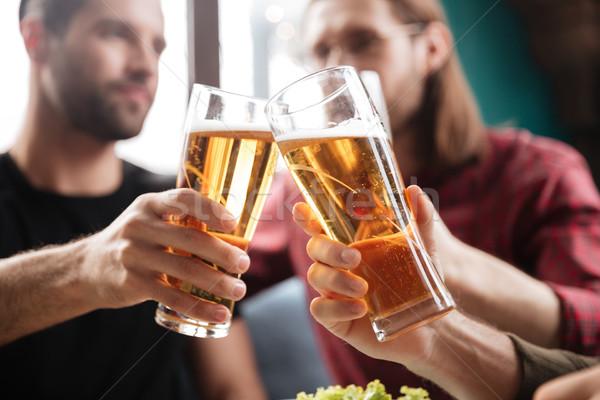 Jonge vrienden vergadering cafe drinken alcohol Stockfoto © deandrobot