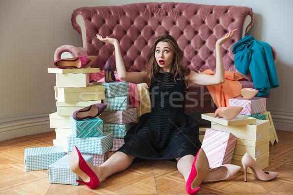 Confundirse jóvenes dama sesión piso sofá Foto stock © deandrobot