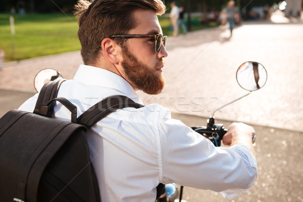 Vista posterior fresco barbado hombre gafas de sol mochila Foto stock © deandrobot