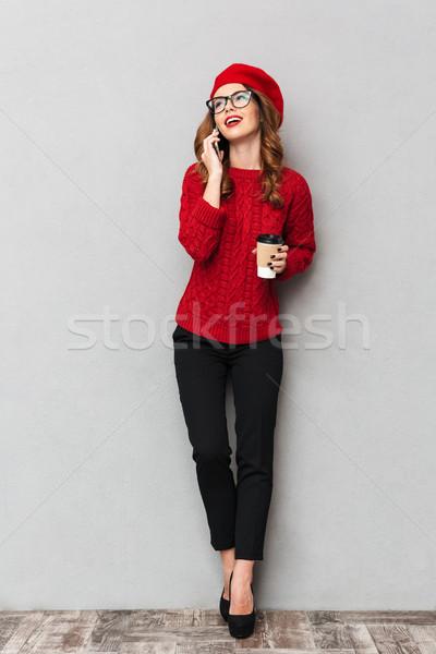 全長 肖像 微笑的女人 毛線衣 紅色 眼鏡 商業照片 © deandrobot