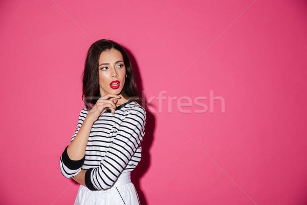 Portré töprengő nő pózol áll másfelé néz Stock fotó © deandrobot