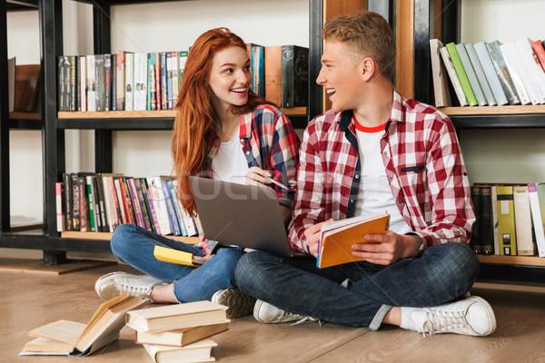 Foto stock: Alegre · adolescente · casal · sessão · piso · prateleira · de · livros