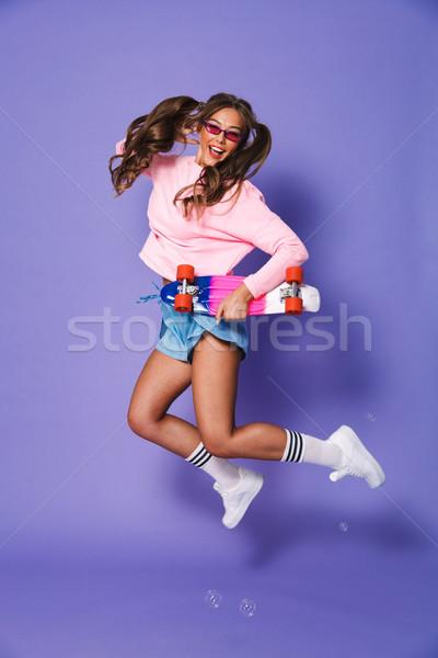 Porträt Mädchen Sweatshirt springen Skateboard Stock foto © deandrobot
