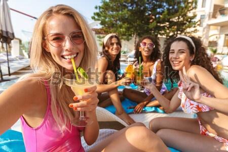 Bild vier aufgeregt junge Frauen Badebekleidung stehen Stock foto © deandrobot