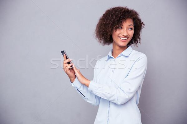Сток-фото: афро · американский · деловая · женщина · смартфон · портрет · улыбаясь
