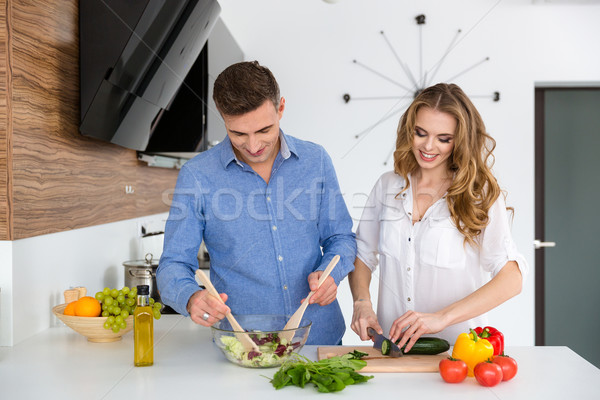 Belle couple cuisson aliments sains ensemble permanent Photo stock © deandrobot