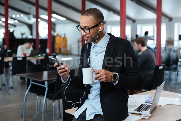 Fiatal üzletember sms chat üzenet okostelefon tart Stock fotó © deandrobot