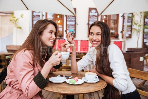Serin kızlar kafe gülme kahve şehir Stok fotoğraf © deandrobot