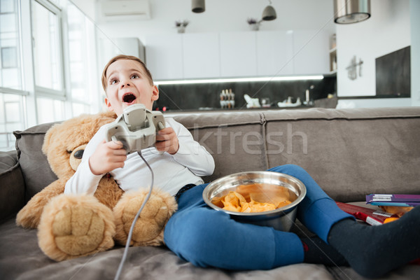 Piccolo ragazzo orsacchiotto home giocare giochi Foto d'archivio © deandrobot