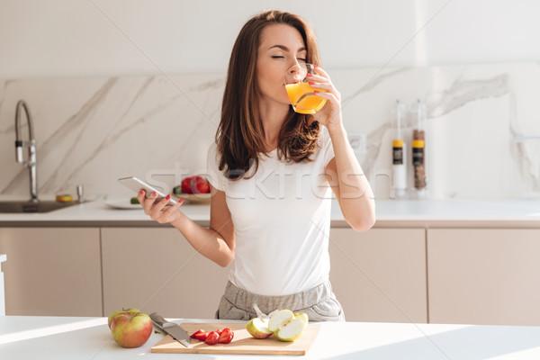 Jonge blijde vrouw drinken sinaasappelsap Stockfoto © deandrobot