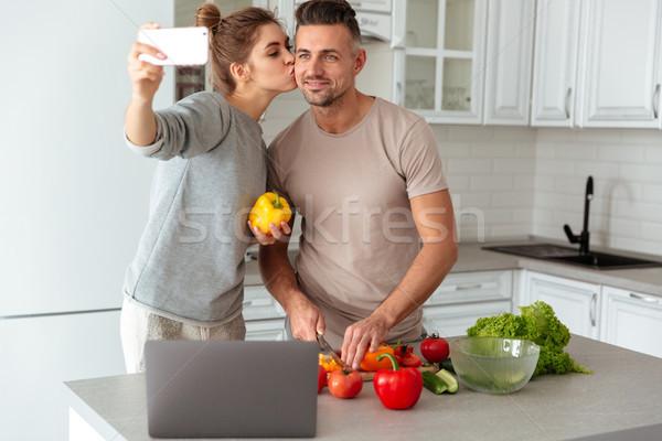 Portret szczęśliwy kochający para gotowania Sałatka Zdjęcia stock © deandrobot