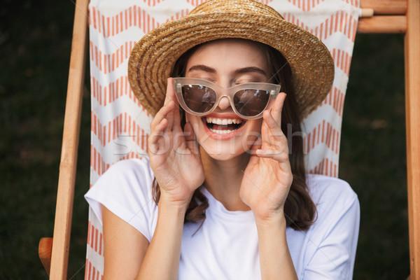 Nevet fiatal lány napszemüveg pihen függőágy város Stock fotó © deandrobot
