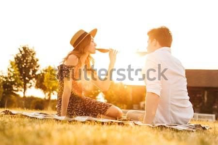 Kochający para posiedzenia dating pitnej wina Zdjęcia stock © deandrobot