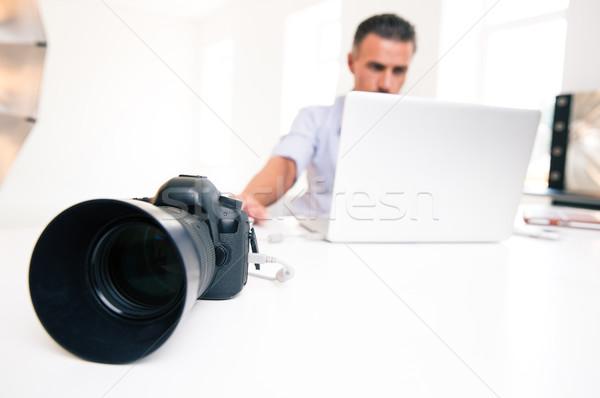 Jonge man met behulp van laptop portret focus camera Stockfoto © deandrobot