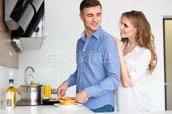Gelukkig paar pannenkoeken keuken home Stockfoto © deandrobot