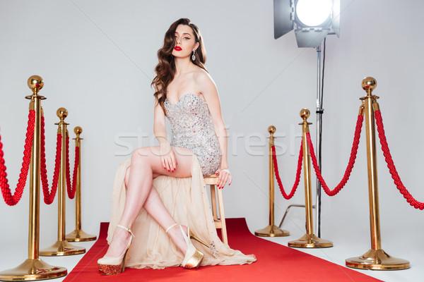 Mujer sexy alfombra roja moda vestido sesión silla Foto stock © deandrobot