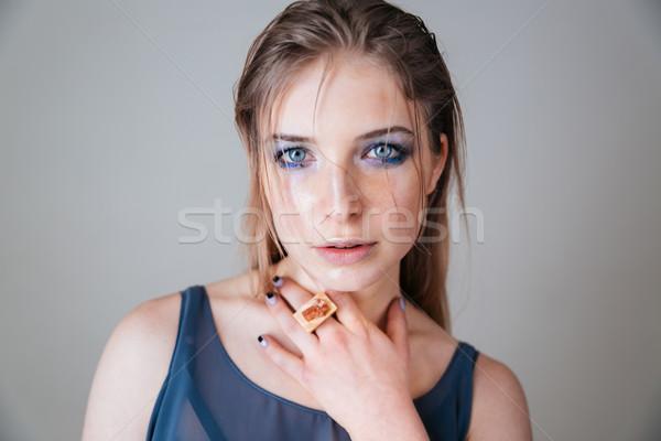 Mujer ojos azules mirando cámara belleza retrato Foto stock © deandrobot