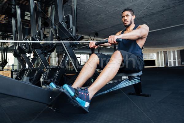 Stockfoto: Fitness · man · roeien · machine · gymnasium · gespierd