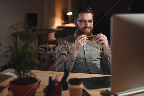 Vrolijk bebaarde web ontwerper werken laat Stockfoto © deandrobot
