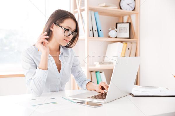 かわいい 女性実業家 着用 眼鏡 ラップトップを使用して 写真 ストックフォト © deandrobot