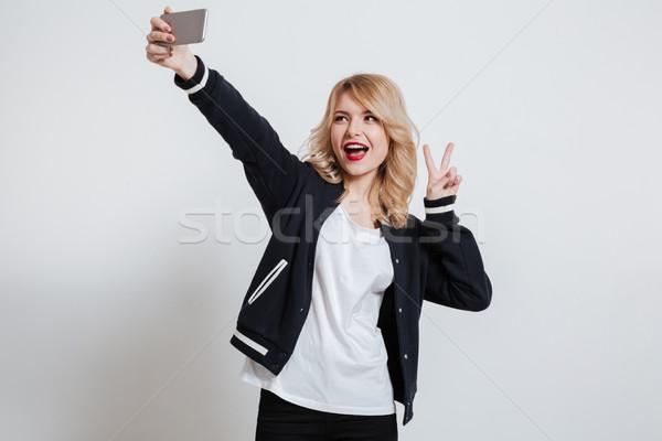 ストックフォト: 笑みを浮かべて · かわいい · 女性 · 写真 · スマートフォン