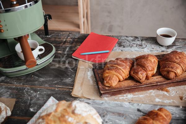 Rogaliki tabeli kubek kawy notebooka Zdjęcia stock © deandrobot