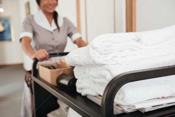 Image jeunes hôtel soubrette propre serviettes Photo stock © deandrobot