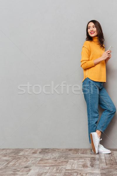 Immagine sorridere bruna donna maglione Foto d'archivio © deandrobot